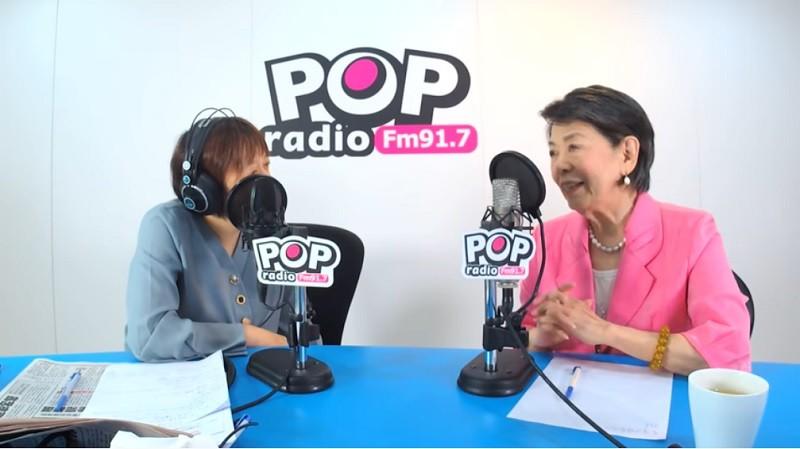 圖為鄭佩芬(右)接受廣播電台訪問 (翻攝YouTube)