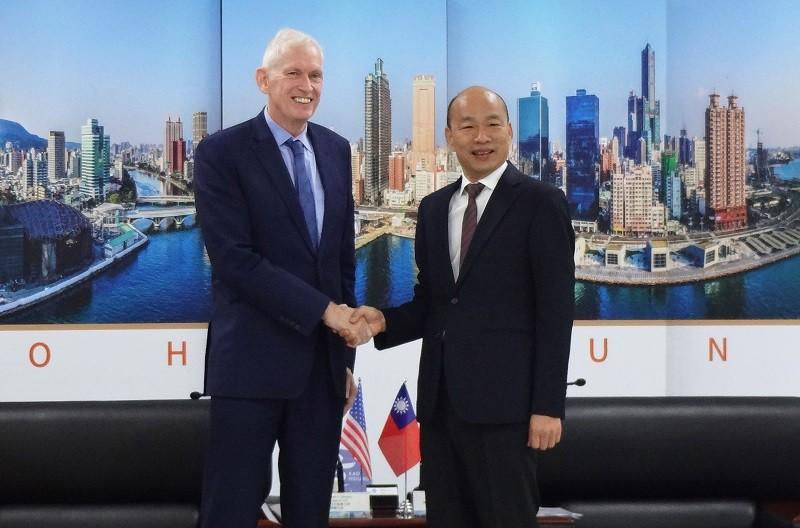 韓國瑜(右)18日與美國在台協會(AIT)主席莫健(左)會面。中央社