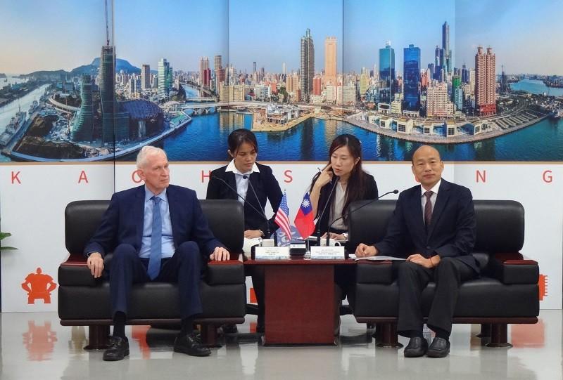 韓國瑜(前右)18日與美國在台協會(AIT)主席莫健(前左)會面情形。中央社
