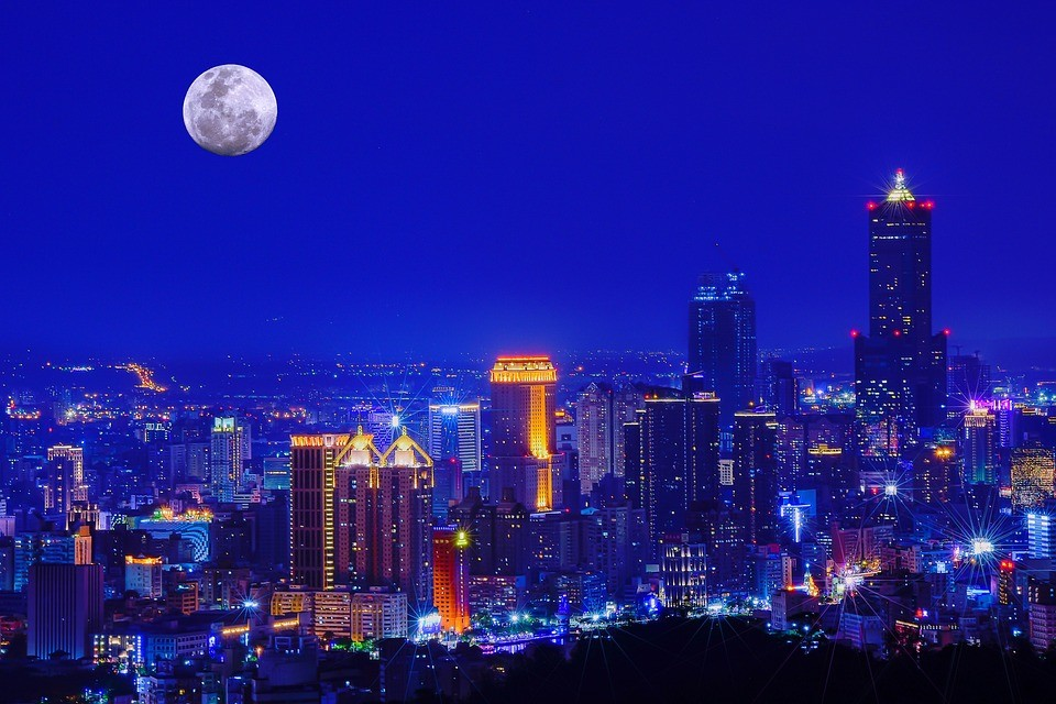 Night view of Kaohsiung skyline (Photo from pixabay user Tingyaoh)