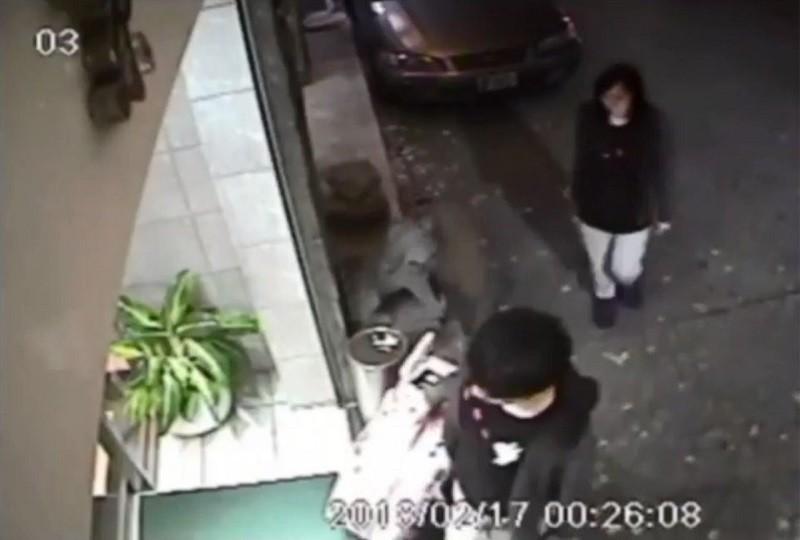 陳同佳(前者)2018年初涉嫌在台灣殺害同行女友潘曉穎(後者)。圖為監視器畫面。中央社檔案照片