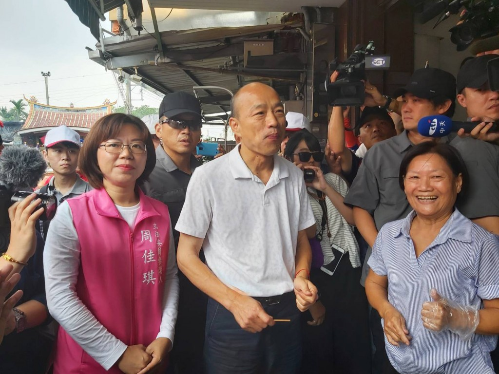 KMT presidential candidate Han Kuo-yu (center) campaigning in Pingtung County Thursday October 17.