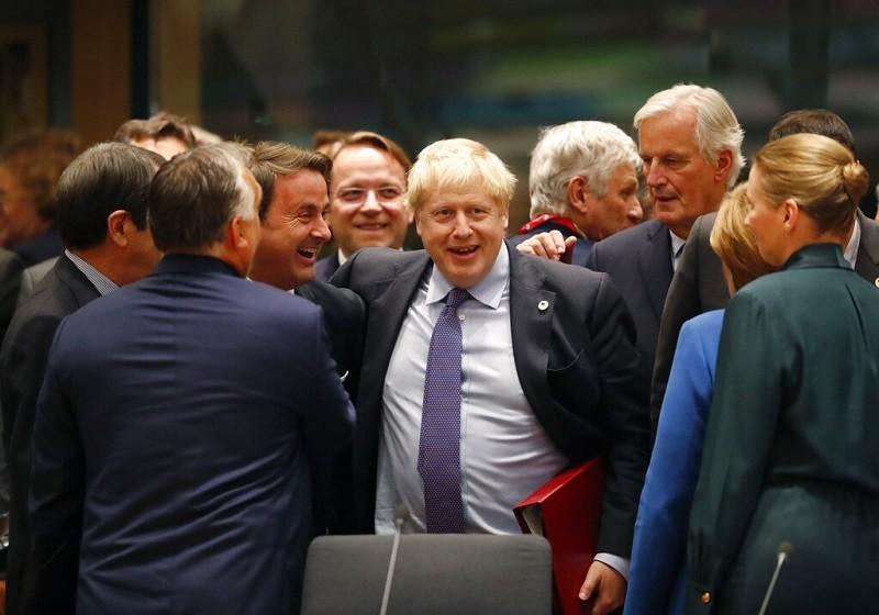 17日英首相強森(紫領帶者)與歐盟領袖, 慶祝達成新的脫歐協議 (美聯社)