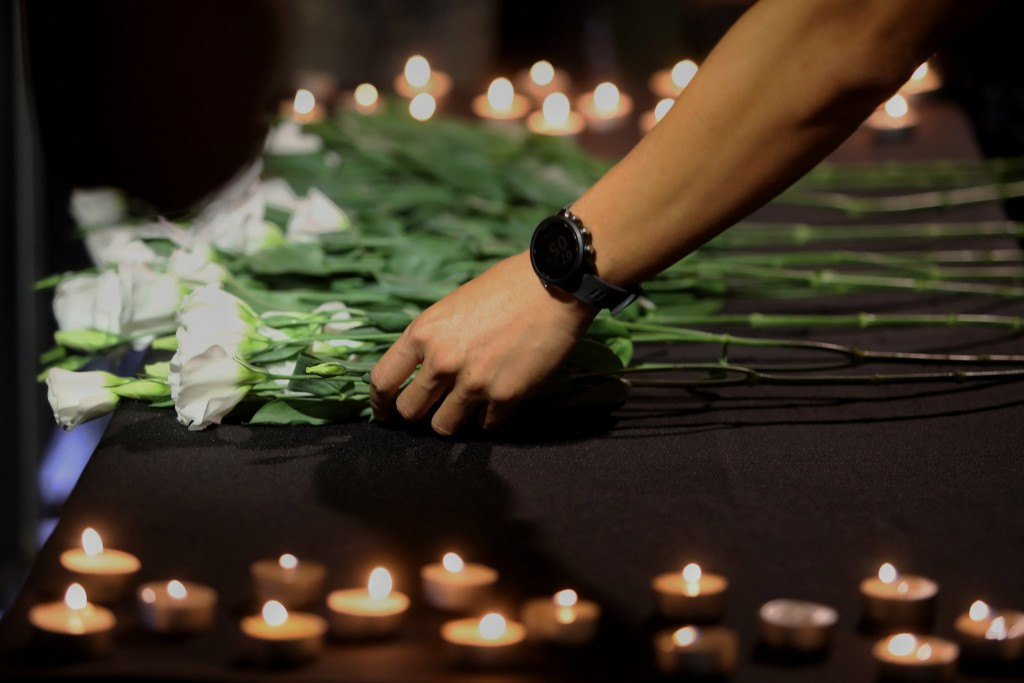 台灣鐵路產業工會17日晚間在台北舉辦 「普悠瑪對年追思晚會」,與會者獻花追悼事故罹難者。