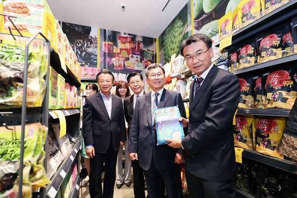 COA chief Chen Chi-chung in Singapore promoting Taiwan agricultural products, Oct. 20