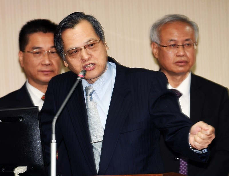 陸委會主委陳明通(中)24日在立法院答詢 (中央社)