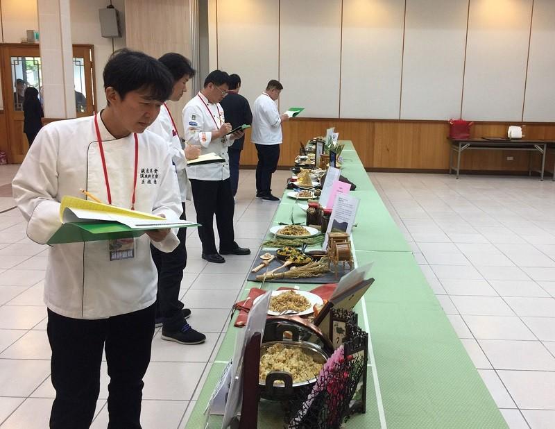 圖為台灣炒飯大賽23日評審過程 (中央社)