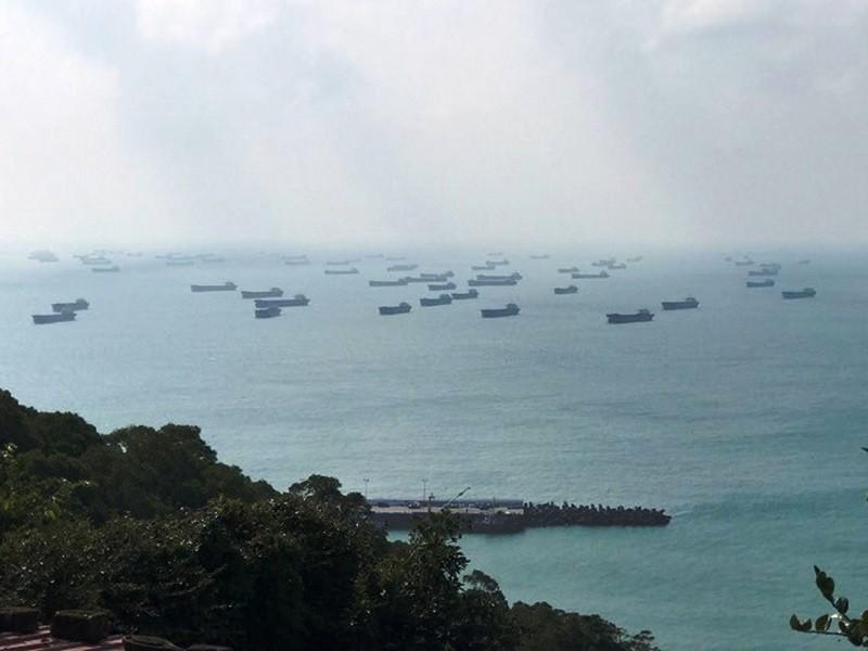 圖為中國大批抽砂船, 集結馬祖莒光海域的景象 (中央社)
