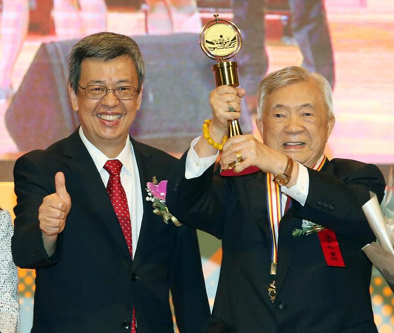 副總統陳建仁26日頒發醫療奉獻獎個人獎予高齡92歲的心臟科權威連文彬(照片來源:中央社提供)
