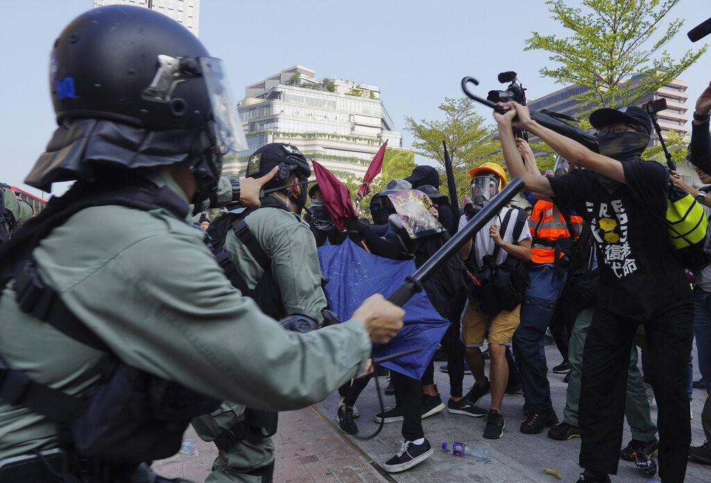 香港警方與反送中示威民眾對峙(照片來源:美聯社提供)