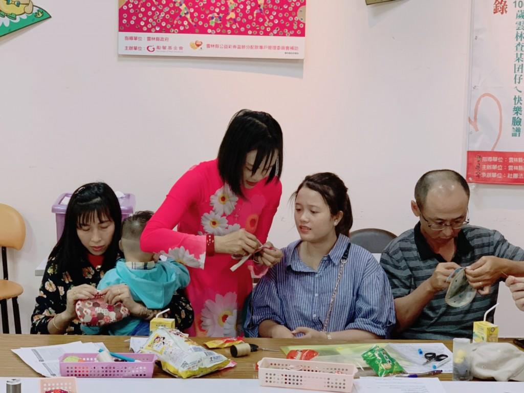 講師吳氏深教導新住民縫製拼布包。(圖片來源:移民署雲林縣服務站)