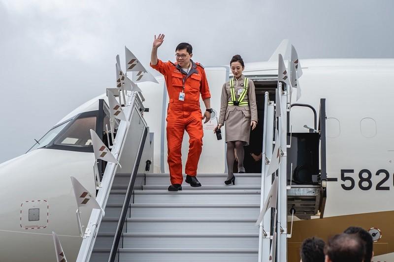 星宇董事長張國煒(左)親自把新飛機開回台灣 (官方臉書)