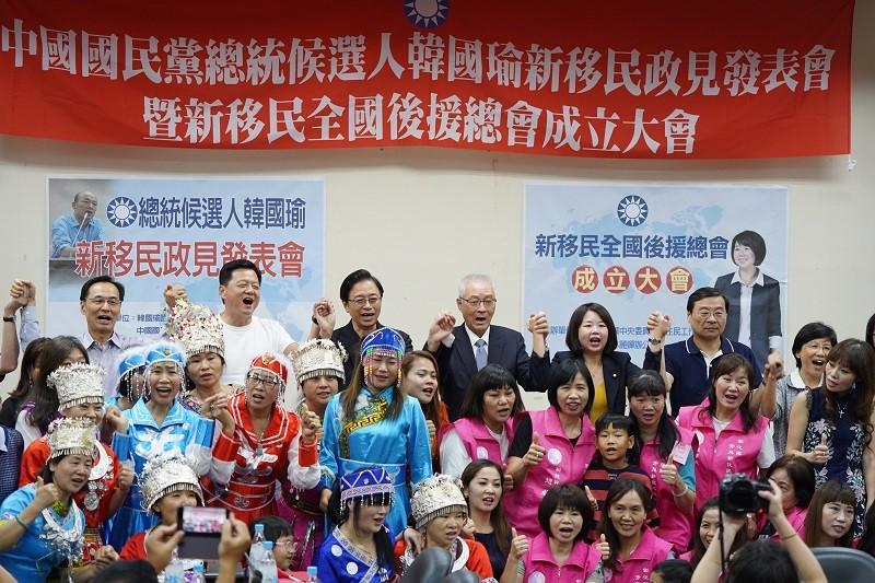 國民黨27日舉行新移民政見發表會, 後排右四為吳敦義 (中央社)