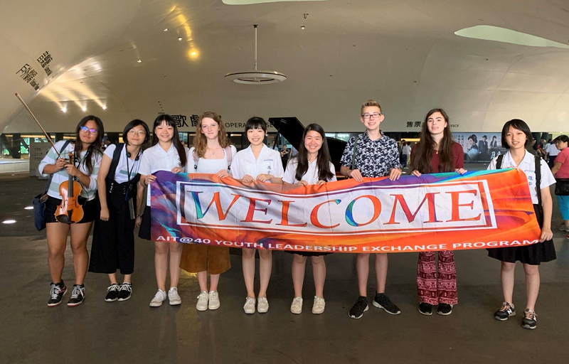 American exchange students visit Kaohsiung Center for Arts. (CNA photo)