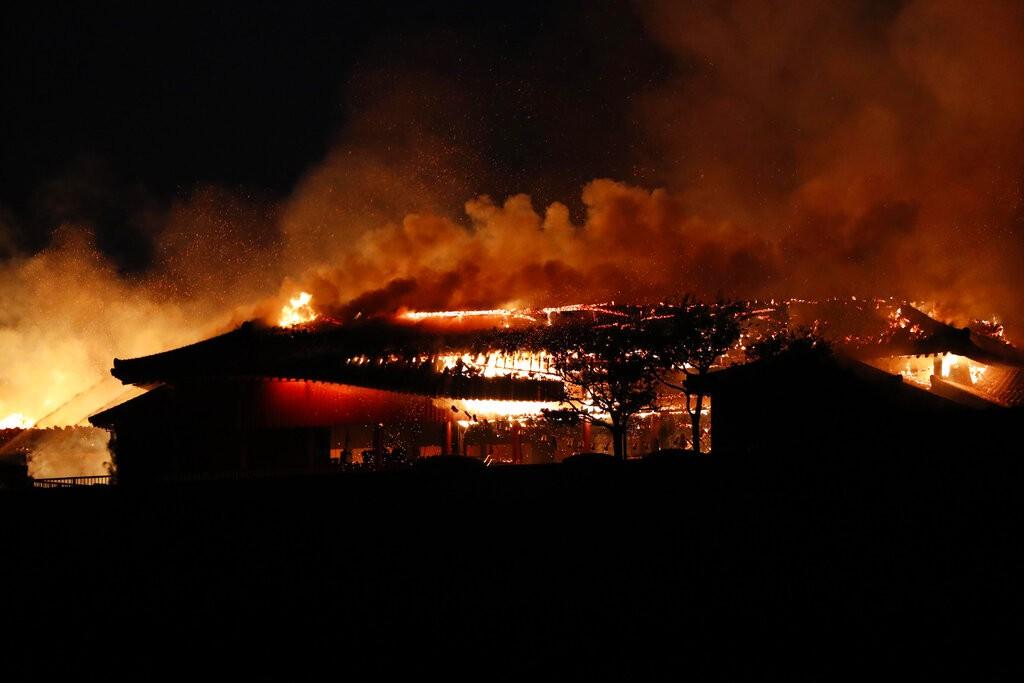 被列為世界遺產的沖繩(琉球)那霸市首里城今(31)日凌晨發生大火。(圖/美聯社)