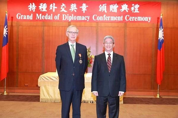 Bush at medal conferment ceremony. (CNA photo)