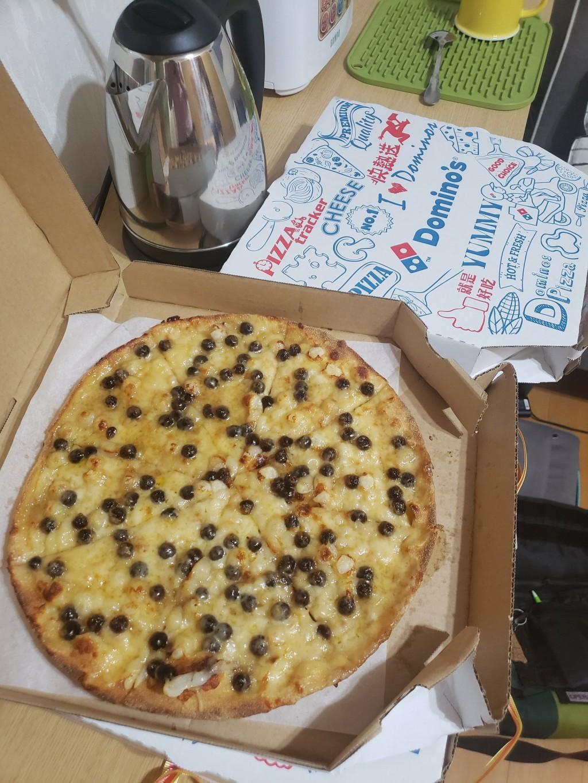 Photo of the Day: UC Irvine scholar tries Domino's Taiwan pearl milk tea pizza
