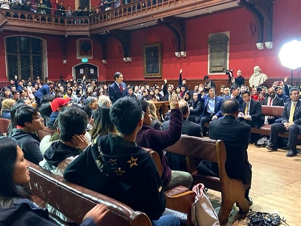 Ma Ying-jeou gives speech at Oxford Union. (Facebook photo)