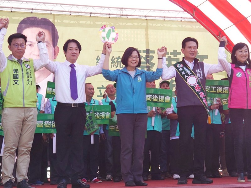 William Lai (second left) and Tsai Ing-wen (third left)