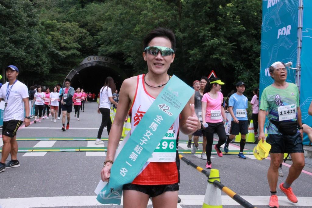 去年拿下全馬女子組冠軍的黃素娥,今年再度奪冠(圖/ 中央社)