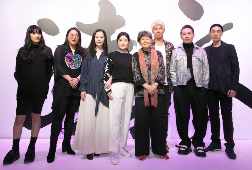 書法家董陽孜(右4)發起「讀衣」展邀請七位新銳設計師展出(圖/華山)