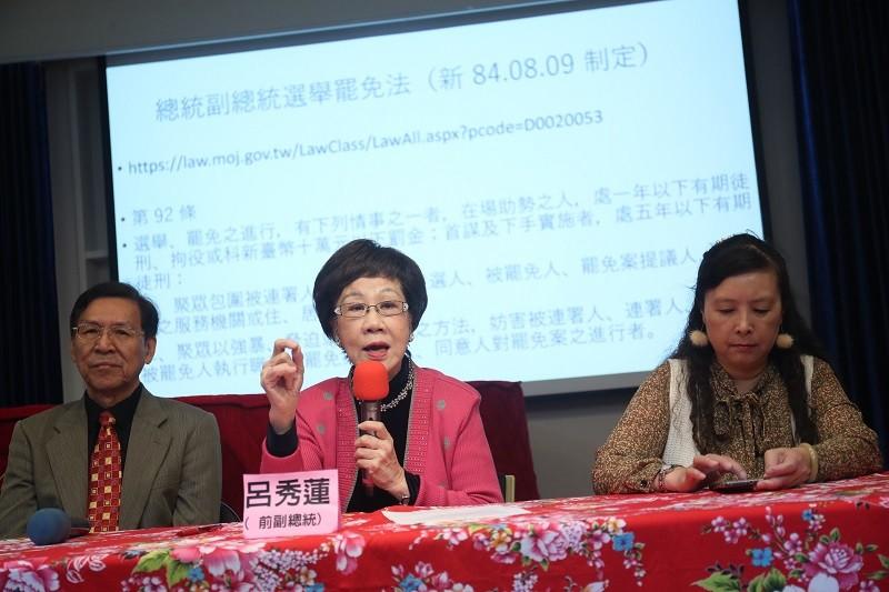呂秀蓮(中)10月31日舉行記者會,抗議警察干擾連署站,左為前南投縣長彭百顯。中央社