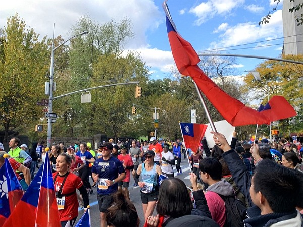 Supporters hold Taiwanese flags to support Taiwan runners. (CNA photo)