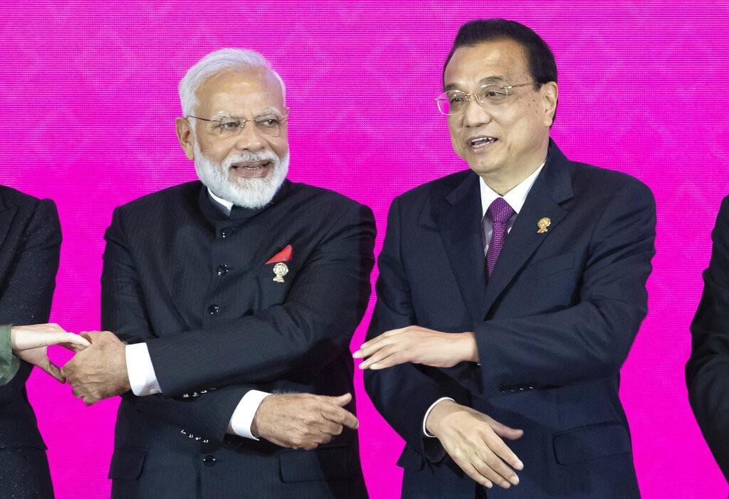 印度總理莫迪(左)與中國總理李克強4日在峰會閉幕時一起和與會國合影(美聯社圖片)