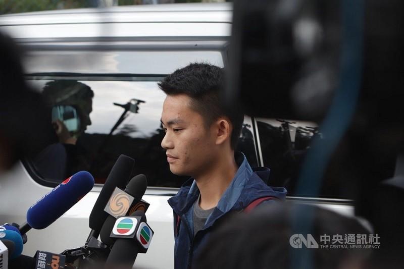 圖為陳同佳10月23日在香港出獄。(中央社檔案照片)