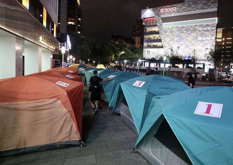 圖為4日晚間居住正義夜宿東區現場。中央社