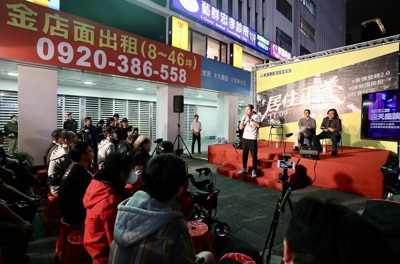 圖為4日晚間居住正義露天座談,回顧台灣無殼蝸牛運動歷程。中央社