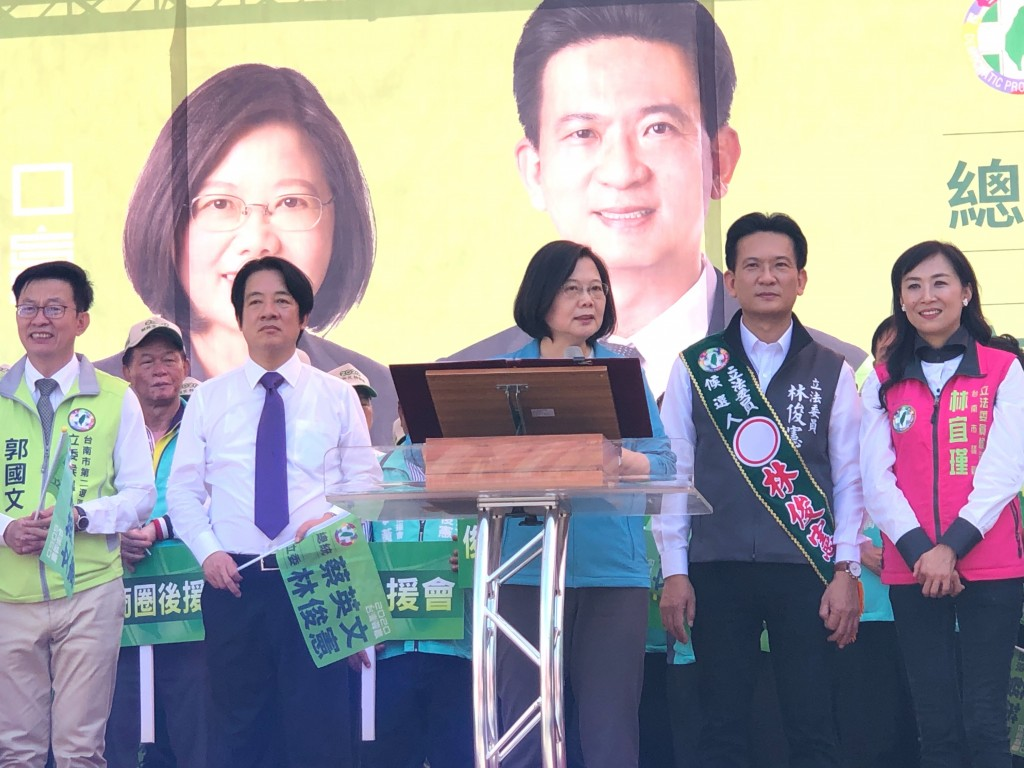 President Tsai Ing-wen (center) with ex-Premier Lai (third from left) at a campaign event Nov. 2.