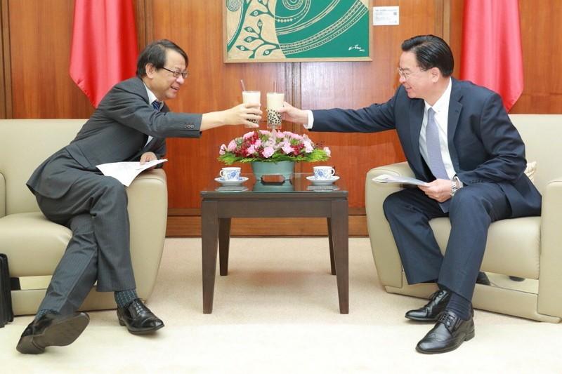 Hiroyasu Izumi (left) and Joseph Wu (MOFA Twitter photo)