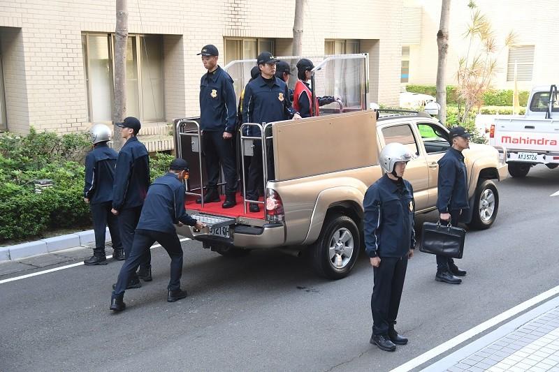 圖為維安人員演練候選人掃街車隊隊型, 及登車程序。中央社