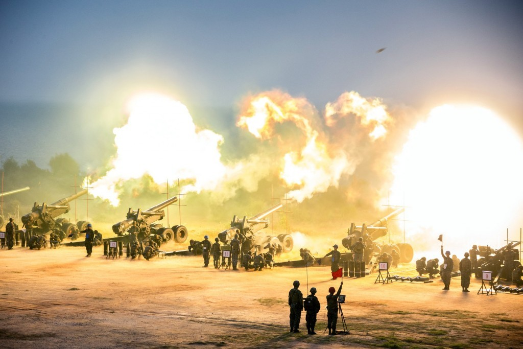 Live fire drill by Taiwan mobile artillery unit. (國防部發言人 FB)