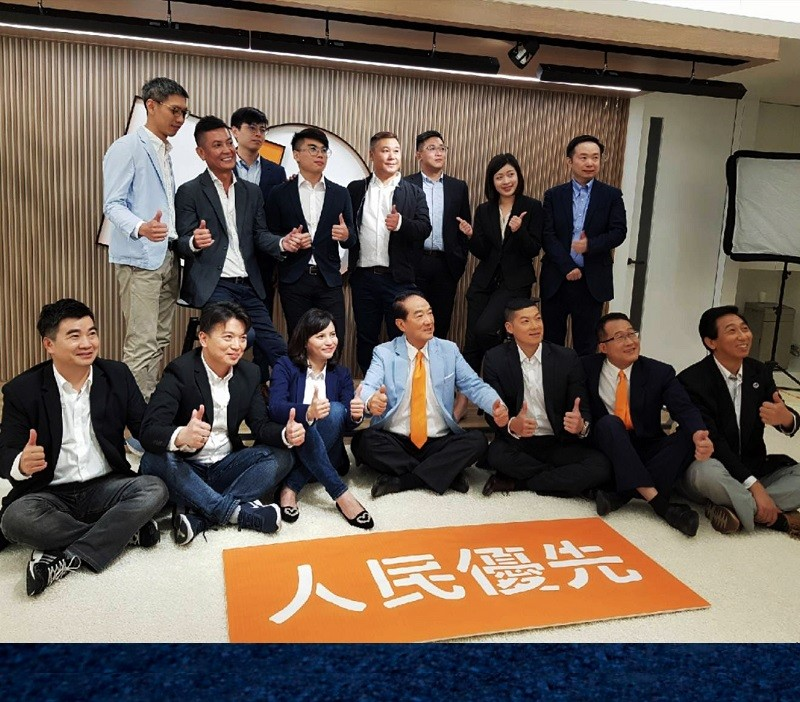 親民黨主席宋楚瑜(前排中)11月初率立委參選人合拍定裝照。中央社