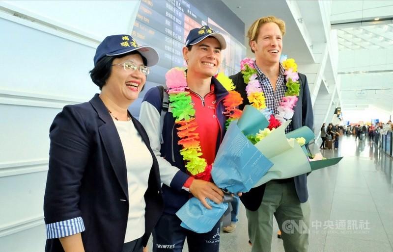 挪威三鐵選手艾登(中)9日抵台,彰化縣長王惠美(左)前往接機。中央社