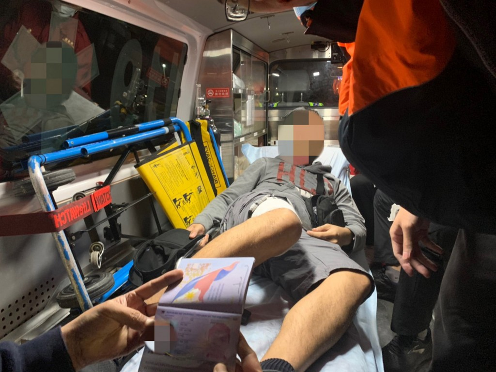 A Filipino engineer was transferred from a ship to a hospital in Taiwan (photo by Taiwan Coast Guard).
