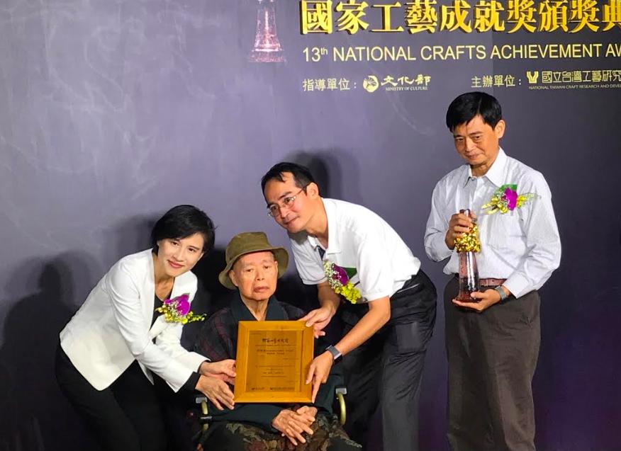 文化部鄭麗君部長(左一)頒發第13屆國家工藝成就獎得獎證書予葉經義老師(左二)(圖/文化部提供)