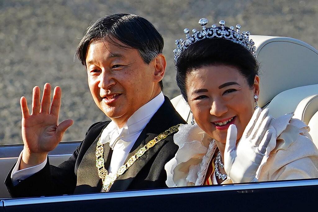 德仁即位遊行「祝賀御列之儀」於日本時間下午3時登場,天皇身穿燕尾服並佩戴勳章,皇后身穿淺色長禮服並佩戴頭冠(tiara)。(圖/美聯社)