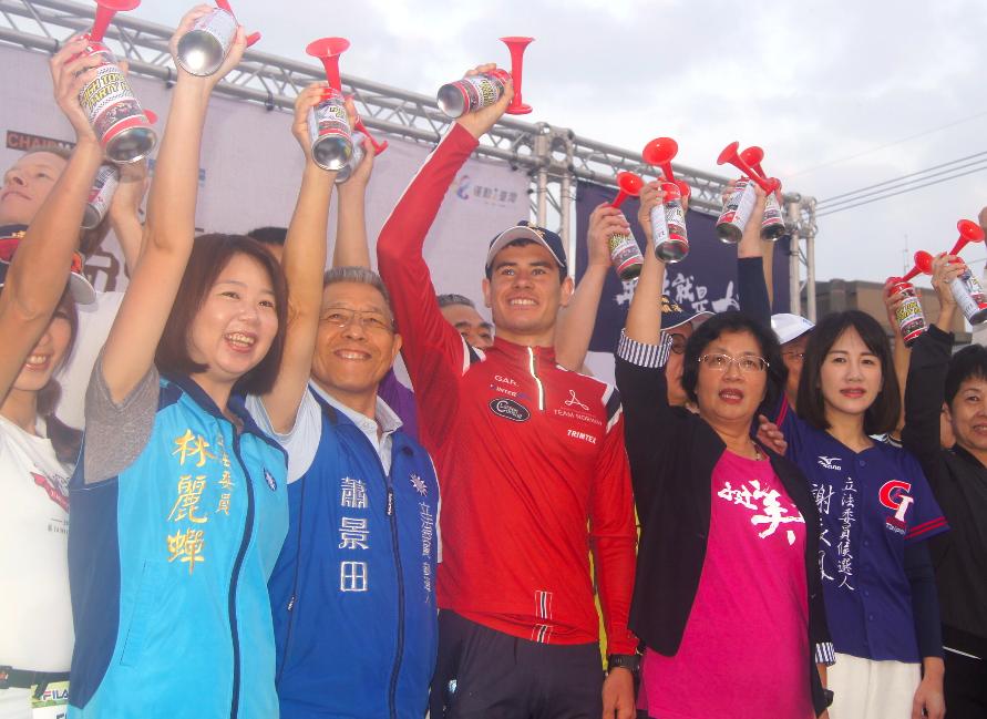 挪威三鐵選手艾登(中穿紅衣戴帽子)參加田中馬 拉松活動,承諾等到東奧賽事結束,將再來台灣參加台灣的三鐵賽事(圖/中央社)