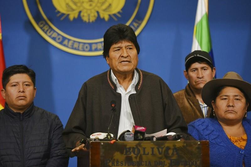 圖為莫拉萊斯(左2)10日在總統府發表談話 (美聯社)