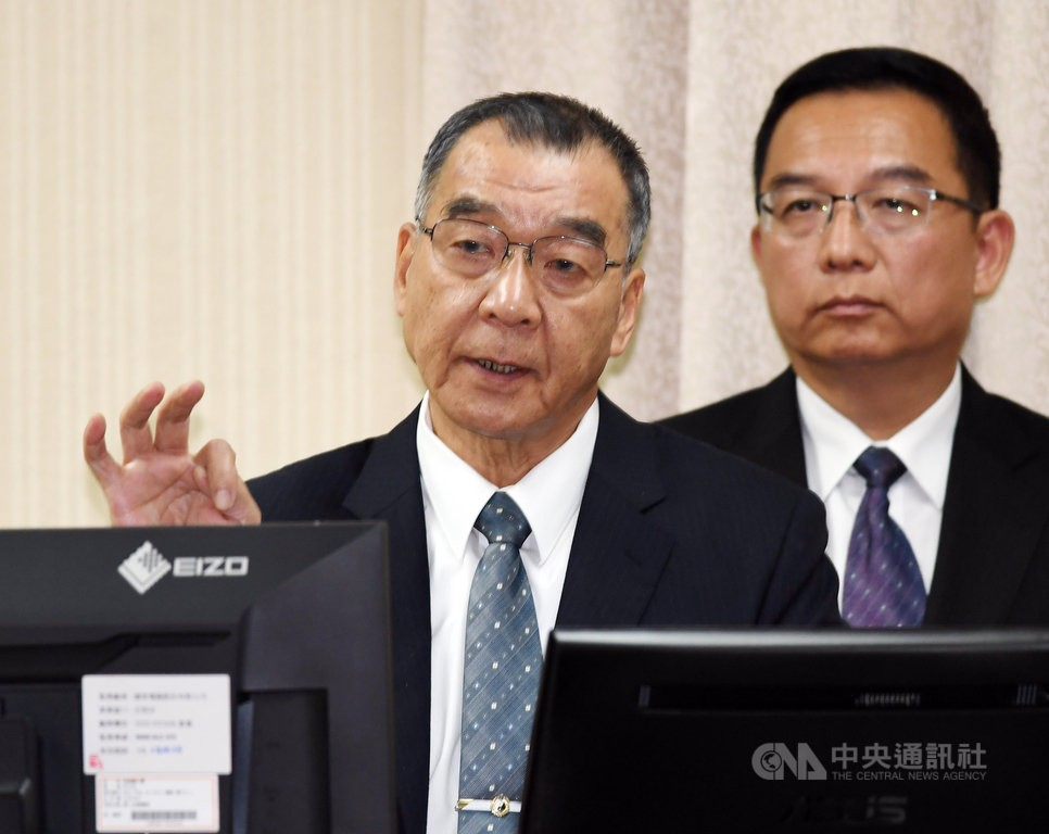 NSB Director Chiu Kuo-cheng (left).