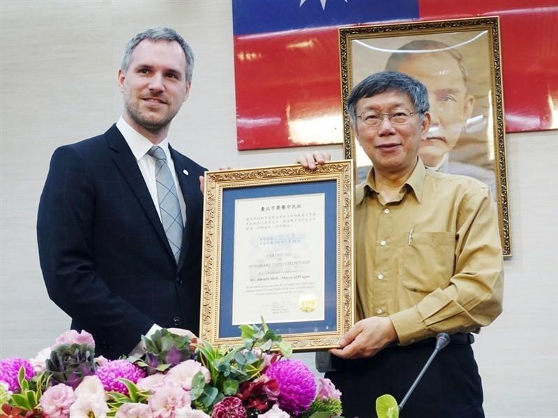 Prague Mayor Zdeněk Hřib (left) with Taipei City Mayor Ko Wen-je last March. CNA photo.