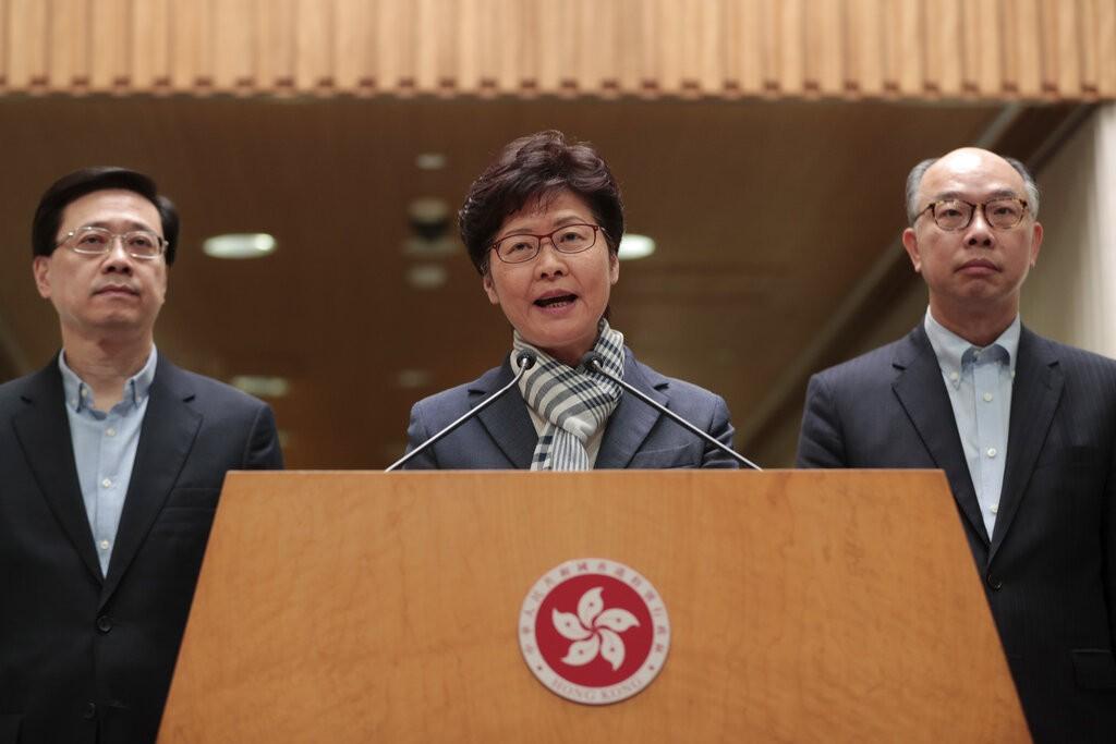 香港特首林鄭月娥11日晚上會見媒體,針對今天港島、九龍和新界發生的示威、堵路、縱火行為予以說明。(圖/美聯社)