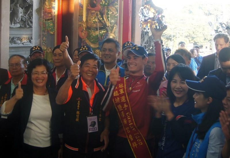 Norwegian triathlete Gustav Iden (center) visits the Puyan Shunze Temple on Oct. 9. (CNA photo)