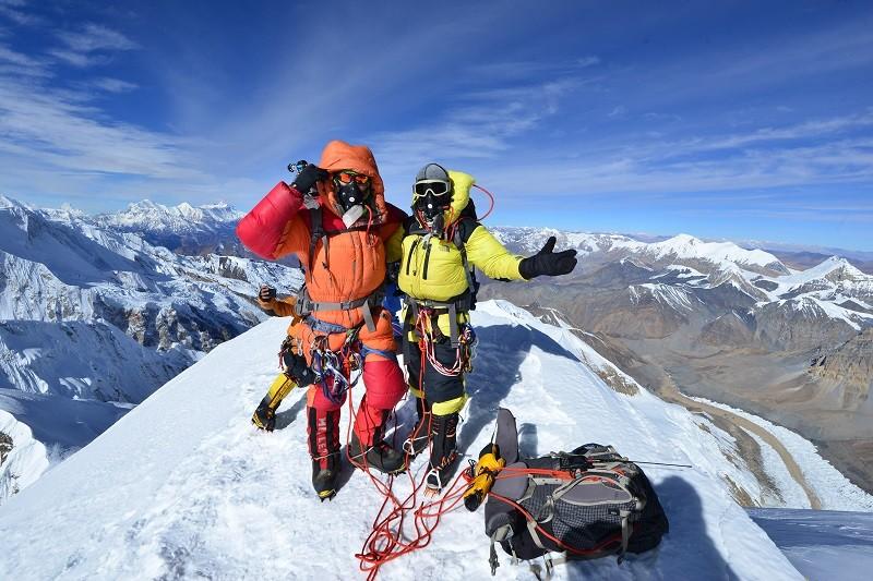 台灣素人登山家陳鴻耀(右)與蘇立成(左)成功登上位於尼泊爾、標高7126公尺的希姆隆峰。中央社