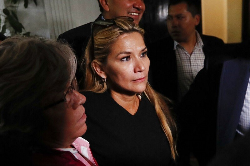 玻利維亞參議院女性副議長艾尼茲(中)料將出任臨時總統 (美聯社)