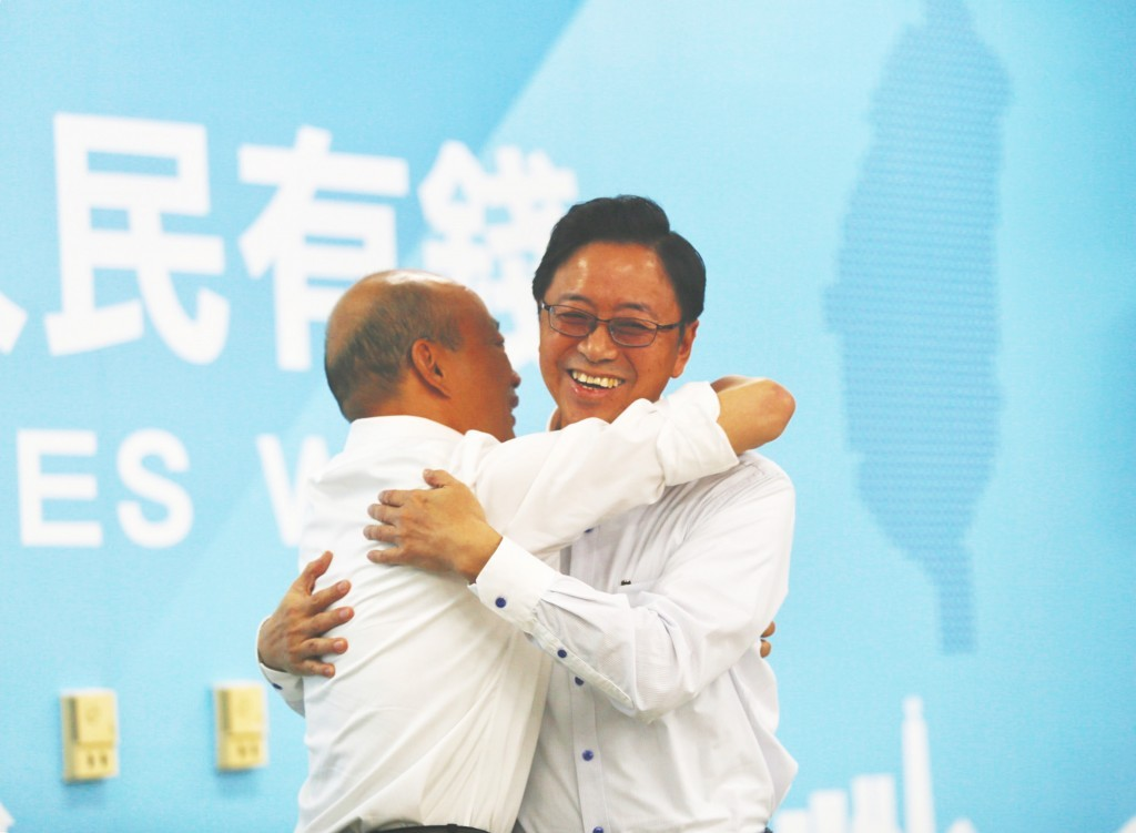 KMT candidate Han Kuo-yu (left) announced his choice of ex-Premier Simon Chang as his running mate Monday Nov. 11.