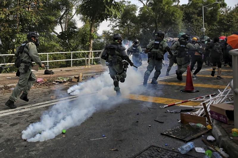 香港警察12日與學生在中文大學校園內, 爆發衝突 (美聯社)